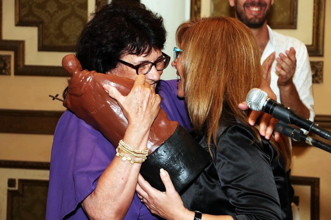 Giaccone recibiendo premio de Olga Migno